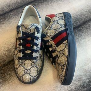 { Gucci } GG Supreme Low Top Logo Sneakers
